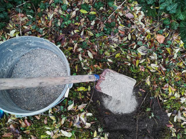 Hebe für das Igelhaus eine kleine Grube mit etwas Kies und Herbstlaub aus.