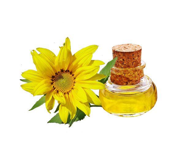 Unraffiniertes Sonnenblumenöl hat einen niedrigen Rauchpunkt und eignet sich somit gut zum Einbrennen der Eisenpfanne.