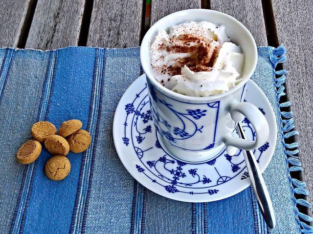 Zu Amarettinis schmeckt eine Tasse heiße Schokolade besonders gut.