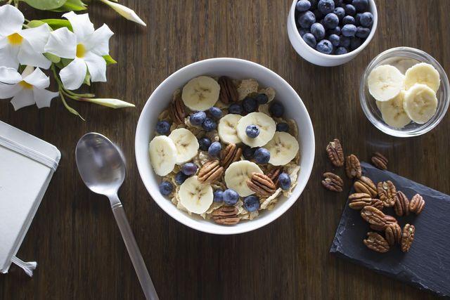 Vitamine sind in Vollkornmüsli mit Nüssen.