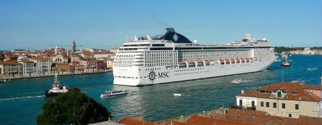 Kreuzfahrtschiffe, Kreuzfahrten: Ein Kreuzfahrtschiff in Venedig führt die Dimensionen von Auge.