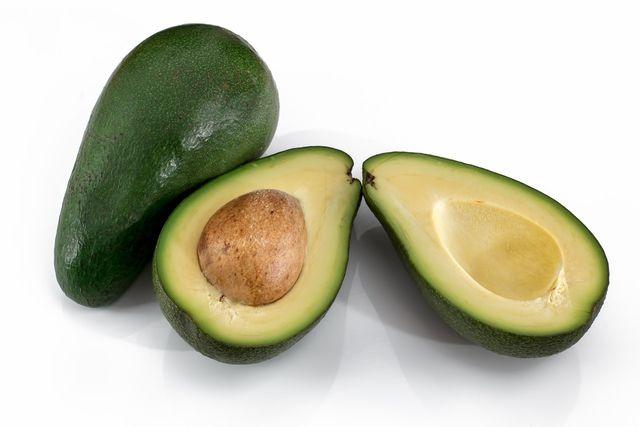 Avocados enthalten eines der gesündesten Fette und sind reich an ungesättigten Fettsäuren.