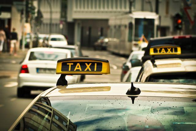 Taxi bei Verspätung: In einigen Fällen zahlt die Bahn