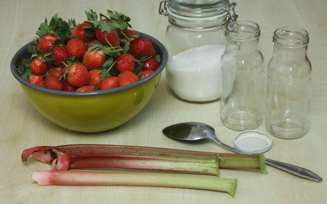 Erdbeersoße mit Rhabarber schmeckt leicht säuerlich.
