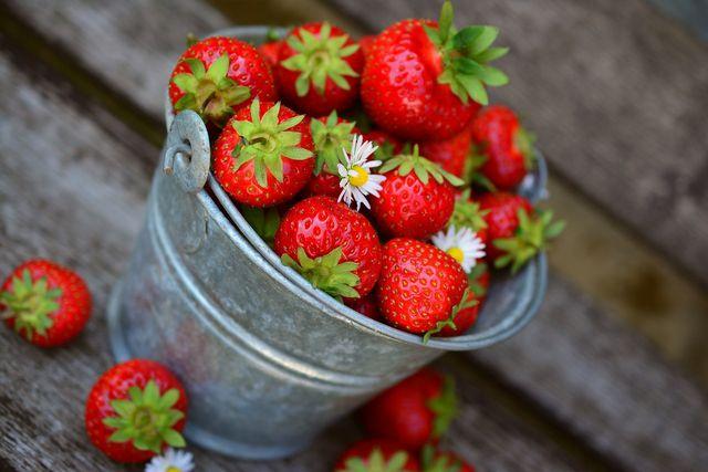 Erdbeeren sind die perfekte Grundlagen für einen gesunden und leichten Sommerkuchen.
