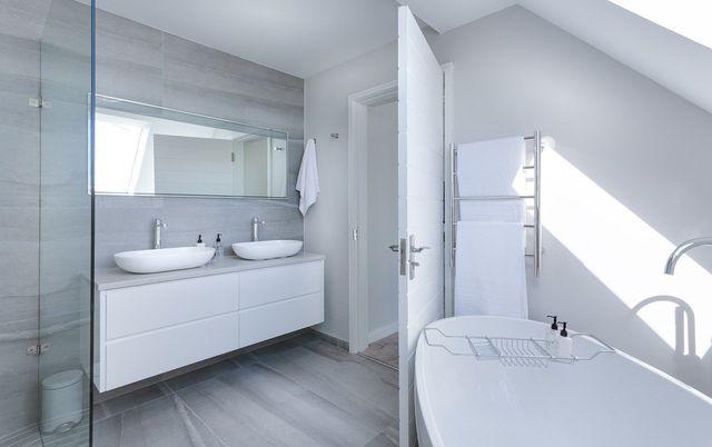 Das Badezimmer zu lüften ist wichtig, um Schimmel im Bad zu vermeiden.