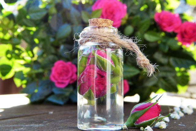 Rosenwasser verleiht deinem Gesichtswasser nicht nur einen angenehmen Duft, sondern auch eine beruhigende Wirkung.