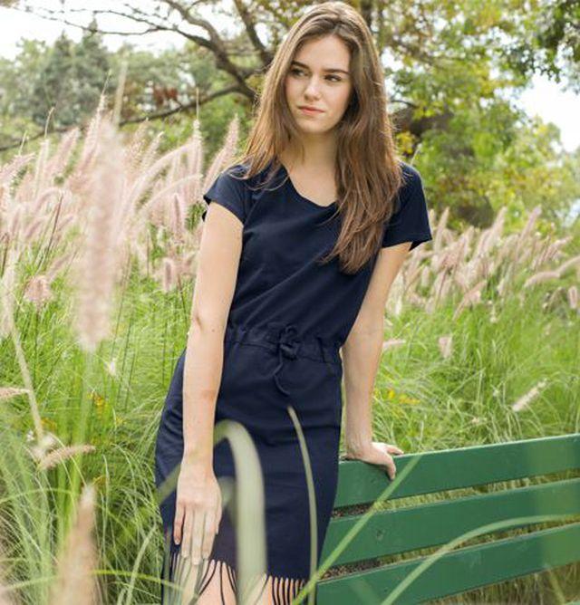 Diese Produkte kompostieren sich selbst: Frau trägt Trigema Change Kleid