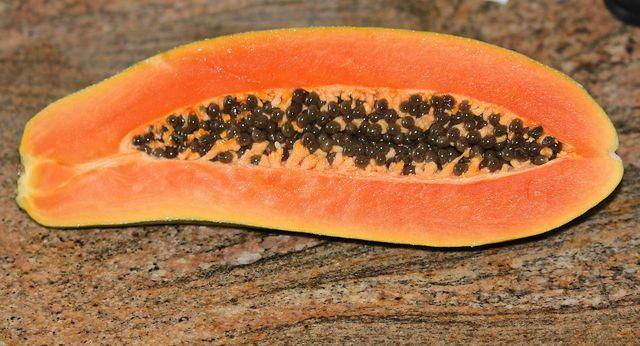 Papaya-Kerne enthalten das Enzym Papain, das gegen Parasiten wirkt.