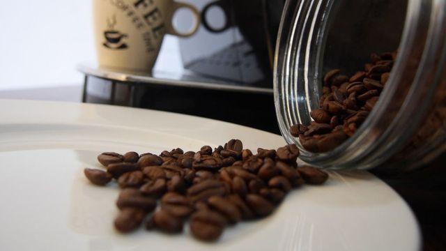 Über Kaffee nehmen die meisten Menschen Koffein zu sich.