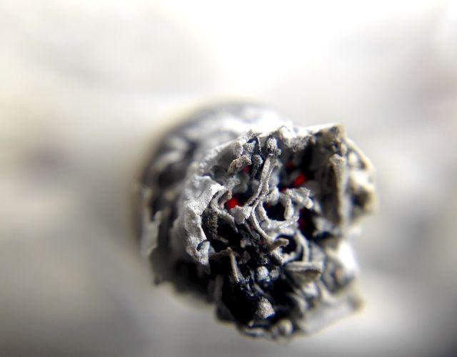 Ob mit oder ohne Nikotin: Beim Rauchen werden grundsätzlich Schadstoffe freigesetzt.