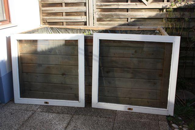 Mit alten Fenstern kannst du einfach einen Frühbeetaufsatz für dein Hochbeet bauen.