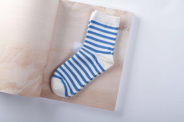 Die Socken für die natürliche Locken-Frisur sollten mittellang und relativ dünn sein.