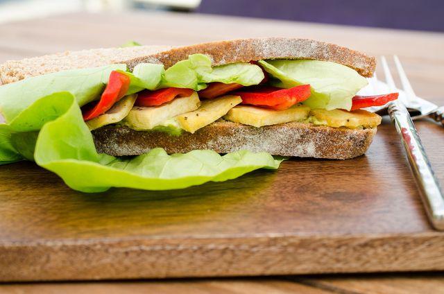 Roher Tofu im Sandwich ist eine gute Protein-Alternative zu Käse.