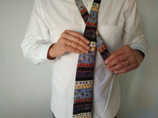 Schritt 3: Überkreuze die zwei Krawattenseiten.
