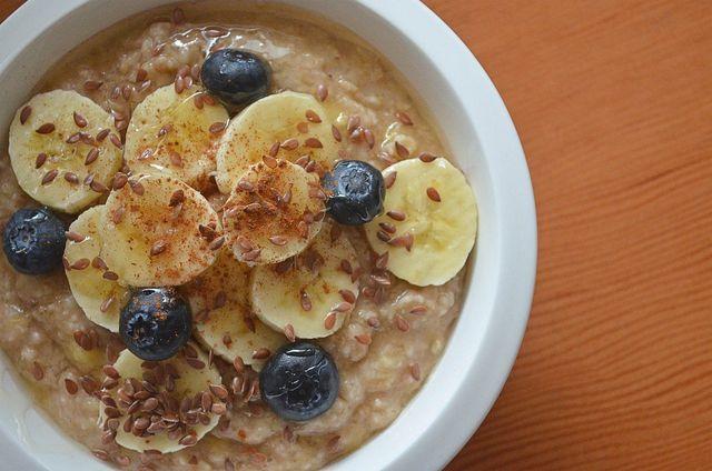 Ein Müsli mit Haferflocken und Leinsamen deckt schon zum Frühstück einen guten Teil deines Zinkbedarfs.