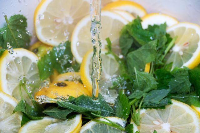 Aus Wasser, Zitronenmelisse und Zitronen wird leckerer Sirup.