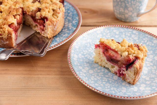 Aus Zwetschgen kannst du einen leckeren Kuchen backen.