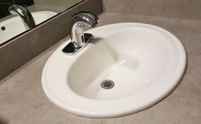 Mit Wasserstoffperoxid kannst du Oberflächen reinigen und desinfizieren.