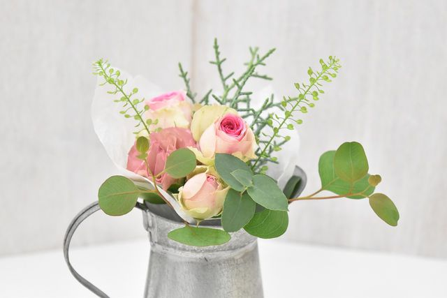 Blumenstrauß mit Eukalyptuszweigen