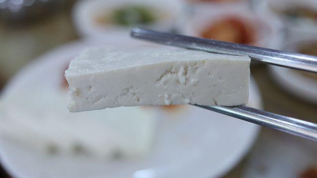 Wenn Tofu nicht mehr haltbar ist, merkst du das vor allem am Geruch.