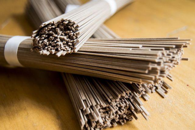 Japanische Soba-Nudeln werden traditionell aus Buchweizenmehl hergestellt