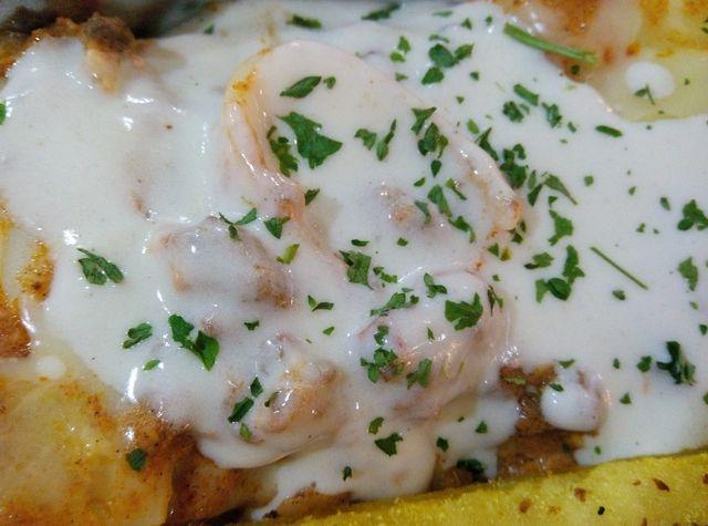 Ob klassisch oder vegan - die Béchamelsauce ist eine vielseitige Soße, die zu verschiedensten Speisen passt.