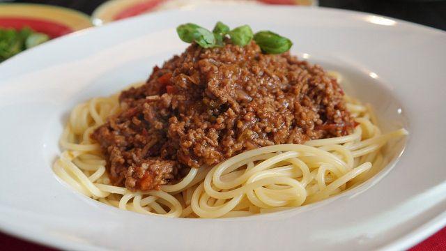 Soffritto bildet die Grundlage der Bolognese-Soße.