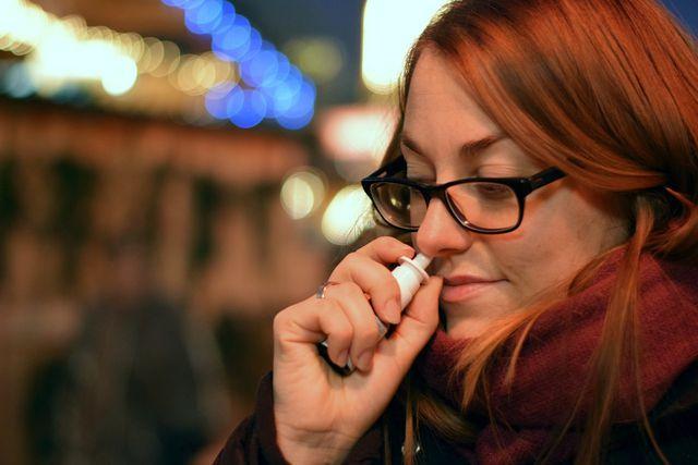 Wenn du Nasenspray zu lange anwendest, kann es deine Nasenschleimhäute austrocknen.