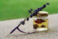 Lavendelöl kannst du leicht selbst herstellen.