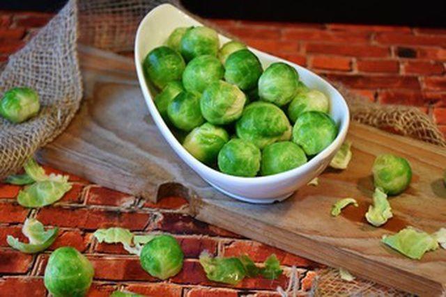 Vor dem Kochen musst du die äußeren Blätter des Rosenkohls entfernen.