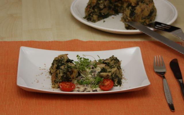 Champignon-Soße schmeckt lecker zu Brotpudding mit Spinat.