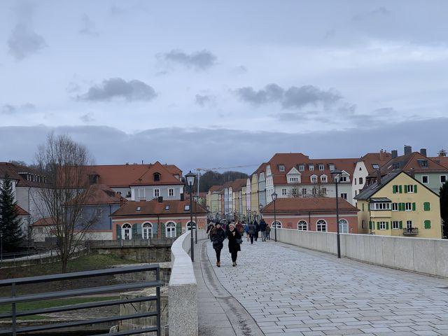 Die Alte Steinbrücke in Regensburg strahlt einen besonderen Flair aus.