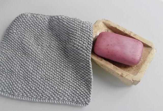 Die selbst gestrickten Spültücher kannst du bei 30 Grad waschen.