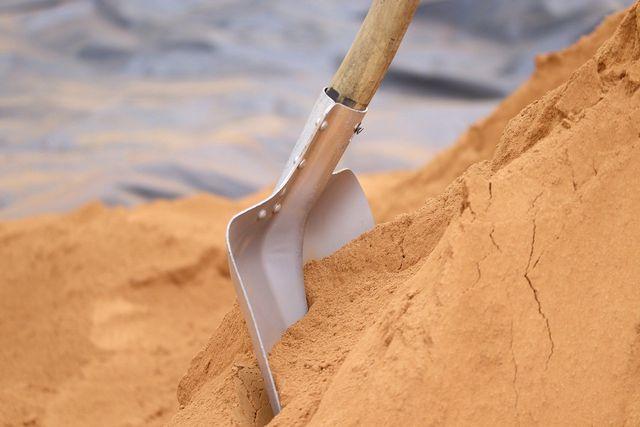 Im letzten Schritt wird der Sand eingefüllt.