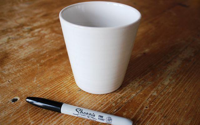 Du brauchst: eine weiße Tasse und einen Permanentmarker