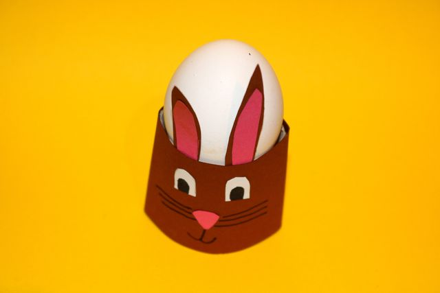 Frühlingsdeko basteln: Ein Osterhasen-Eierbecher darf beim Osterbrunch nicht fehlen.