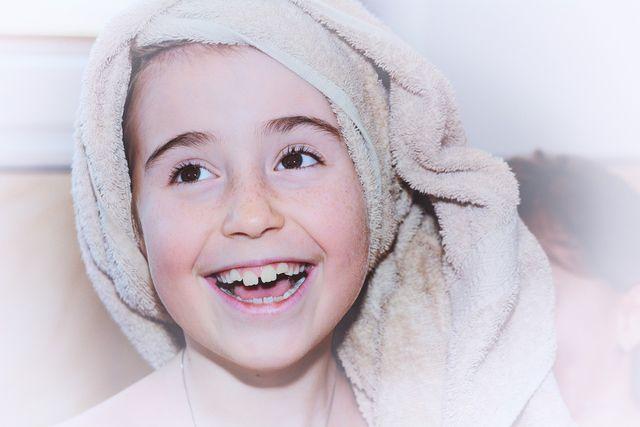 Ein saugstarkes Handtuch kann dir helfen, deine Haare zu glätten.