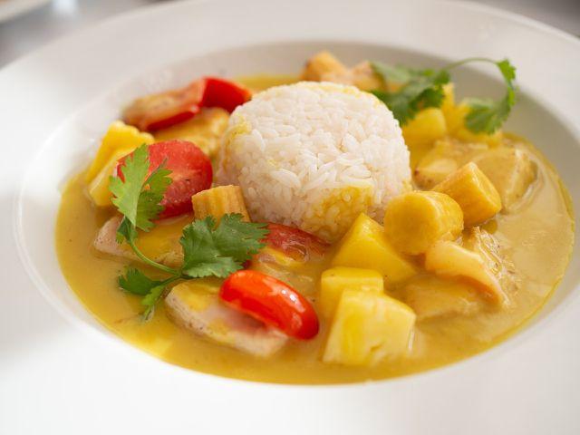 Verfeinere das Curry mit Erdnussbutter oder Tahini.