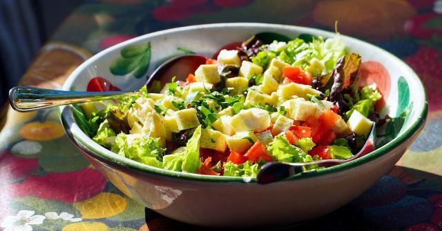 In Salaten macht sich der Japanische Knöterich besonders gut.