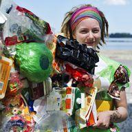 Aktivistin mit Plastikmüll –Welttag der Meere