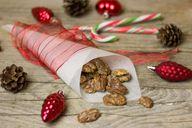 Karamellisierte Walnüsse schmecken nicht nur zu Weihnachten. Auch zu Eis oder im Joghurt machen sie sich bestens.