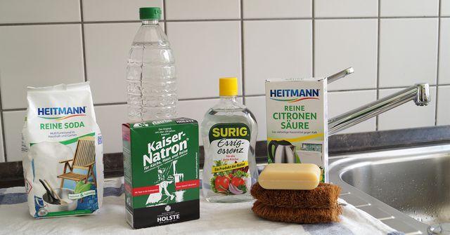 Hausmittel statt Putzmittel: Reinigungsmittel selber machen aus Soda, Natron, Essig, Zitronensäure, Kernseife