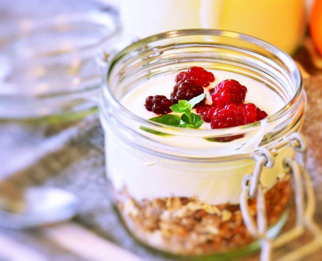 Müsli mit frischen Früchten und Joghurt schmeckt auch vegan köstlich.