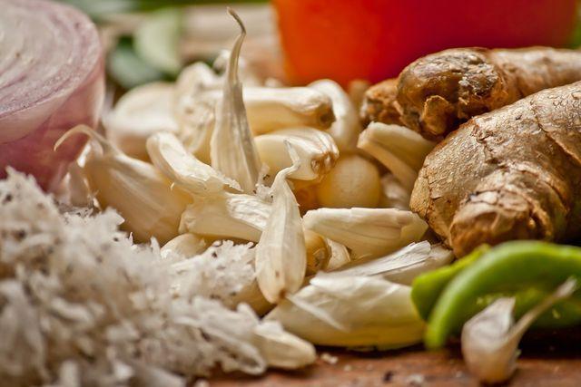 Knoblauch, Ingwer und Chili machen das Pflaumenchutney besonders würzig.