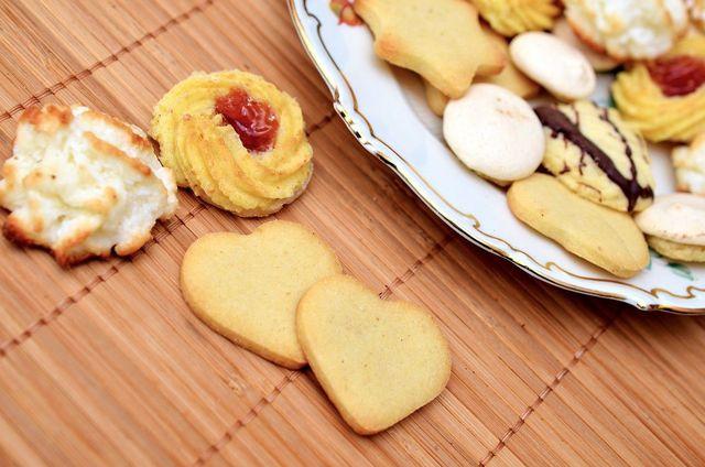 Pasticcini, oft mit kandierten Kirschen wie in der Mitte zu sehen, sind ein italienisches Gebäck.