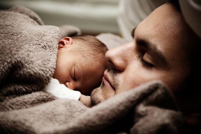 Bei körperlicher Nähe zu seinen Eltern, schläft dein Baby am besten ein.