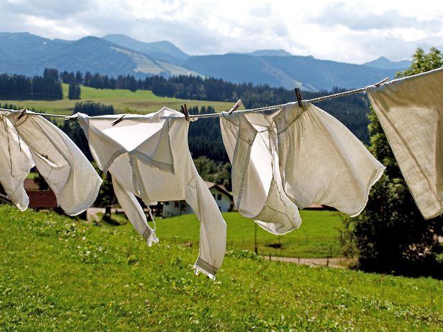 Du kannst Wäsche sortieren, indem du zum Bespiel weiße Kleidungsstücke von bunten trennst.