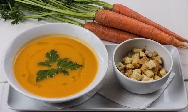 Karottensuppe ist ein bewährtes Hausmittel bei Übelkeit und Erbrechen.