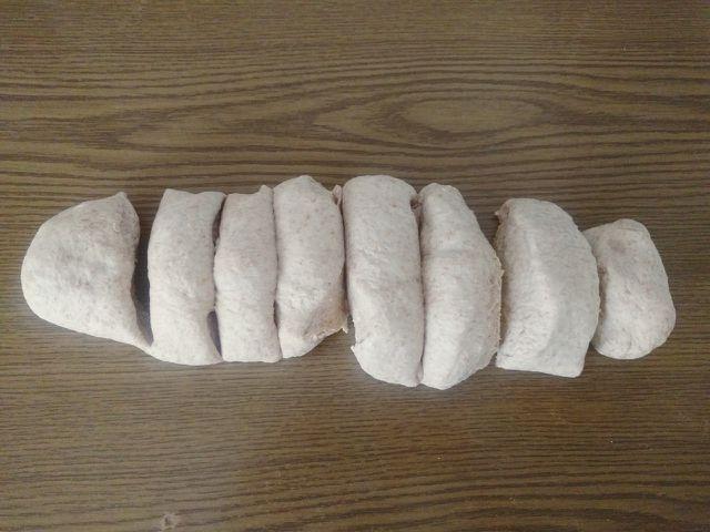 Teile den Teig in Stücke und forme daraus Brötchen.